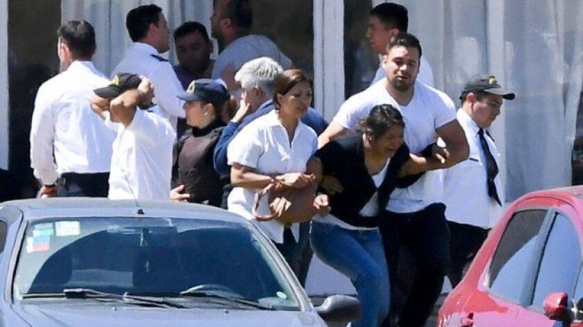 """Las esperanzas de encontrar con vida a los 44 tripulantes del submarino ARA San Juan se desvanecen entre algunos familiares de quienes iban bordo tras conocer la noticia de una """"explosión"""" cerca de la zona donde navegaba hace ocho días que desapareció de los radares."""