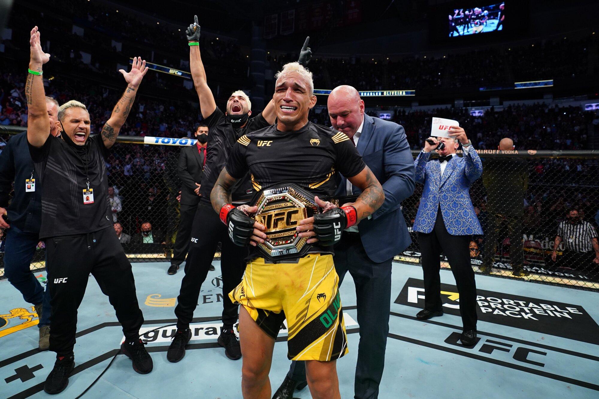 Charles Oliveria tras vencer a Michael Chandler en UFC 262.