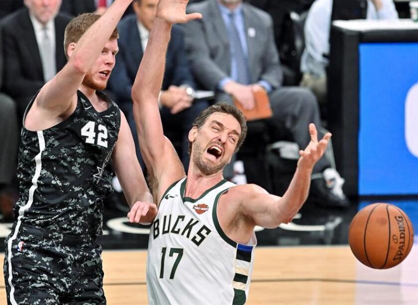 Pau Gasol (d) de Milwaukee Bucks y Davis Bertans de San Antonio Spurs disputan el balón este domingo, previo a un partido de la NBA, en San Antonio (EE.UU.). EFE