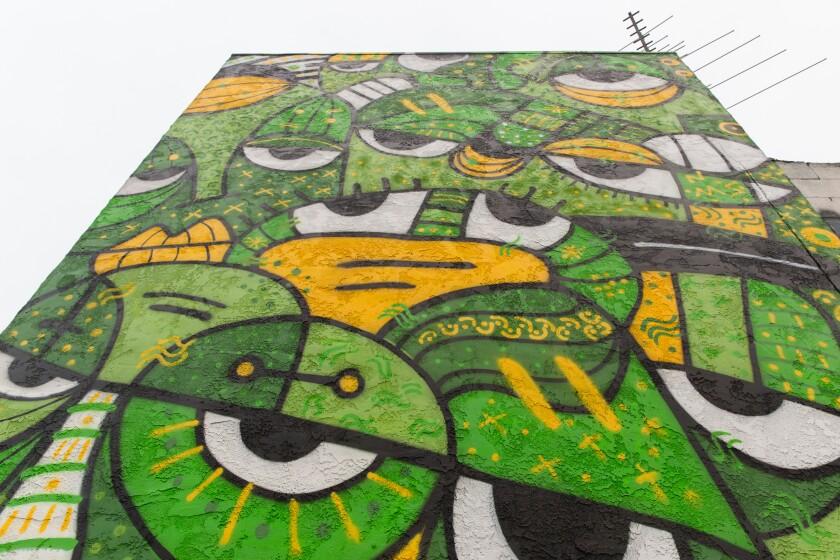 Sandra R. Escobar pintó el mural llamado 6 Feet Apart en City Heights