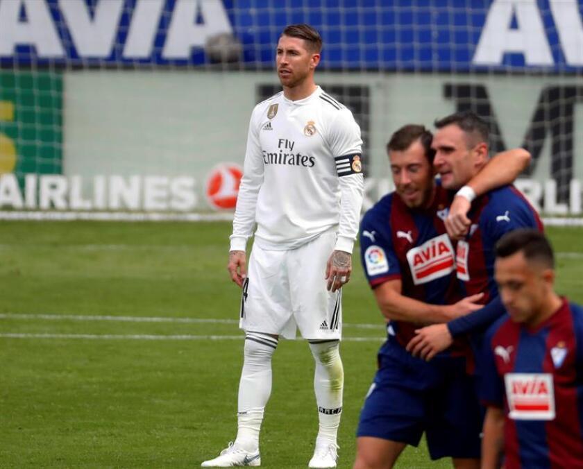 Los jugadores del Eibar celebran el gol conseguido por, Sergi Enrich , durante el partido de la jornada 13 de LaLiga Santander que disputaron el Eibar y el Real Madrid en el estadio de Ipurua de Eibar.A la izquierda, el capitán del Real Madrid, Sergio Ramos. EFE