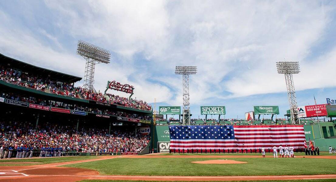 El campo de los Boston Red Sox lució enorme bandera en la ceremonia por el festejo de la Independencia de Estados Unidos.