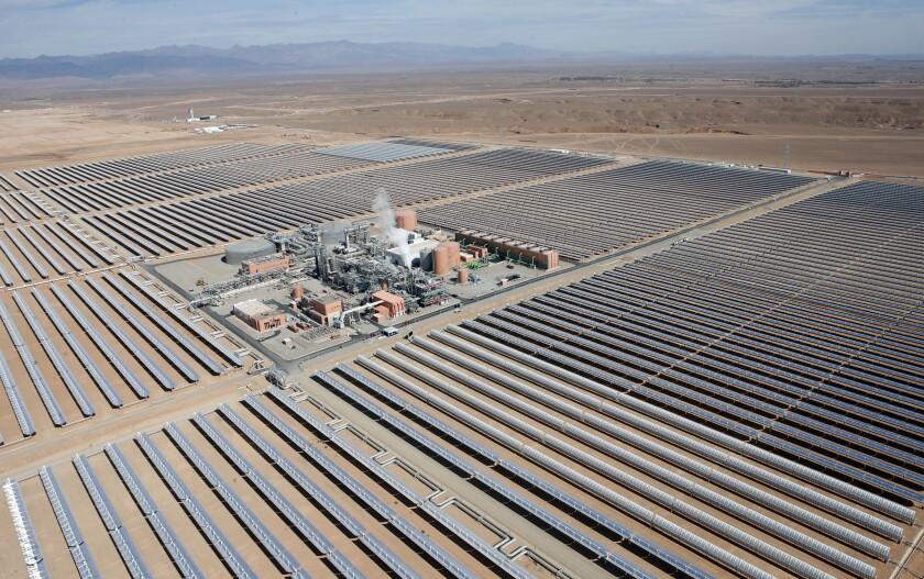 Vista aérea de la planta fotovoltaica de Uarzazat, en el centro de Marruecos. El rey de Marruecos Mohammed VI presentó una de las plantas fotovoltaicas más grandes del mundo, aprovechando el sol del Sahara y una creciente presión mundial para el uso de energía renovable. (Foto AP/Abdeljalil Bounhar)