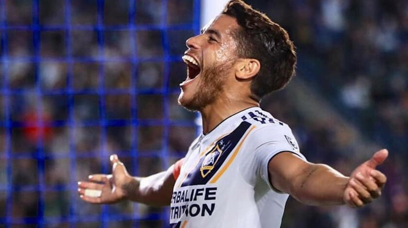 El mexicano Jonathan Dos Santos celebra tras anotar de penalty el primer gol del Galaxy sobre Minnesota United.