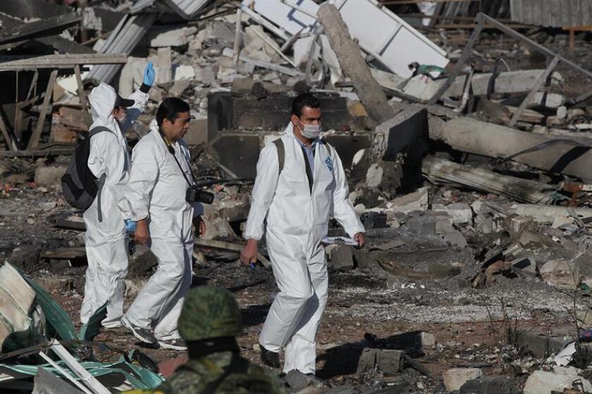 Peritos del Estado de México continúan las labores periciales fotográficas, de campo y forenses hoy, miércoles 21 de diciembre de 2016, en la zona donde se registró la explosión en el Mercado de Pirotecnia de San Pablito, en el municipio mexicano de Tultepec (México). EFE