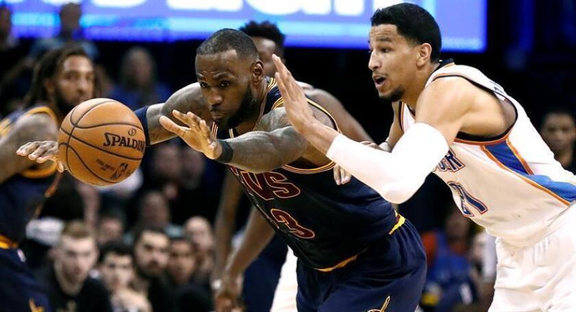 LeBron James (i) de los Cavaliers disputa el balón con Andre Roberson (d) de Thunder este jueves 9 de febrero de 2017, durante su partido de la NBA entre Cleveland Cavaliers y Oklahoma City Thunder en el Chesapeake Energy Arena en Oklahoma City, Oklahoma (EE.UU.). EFE