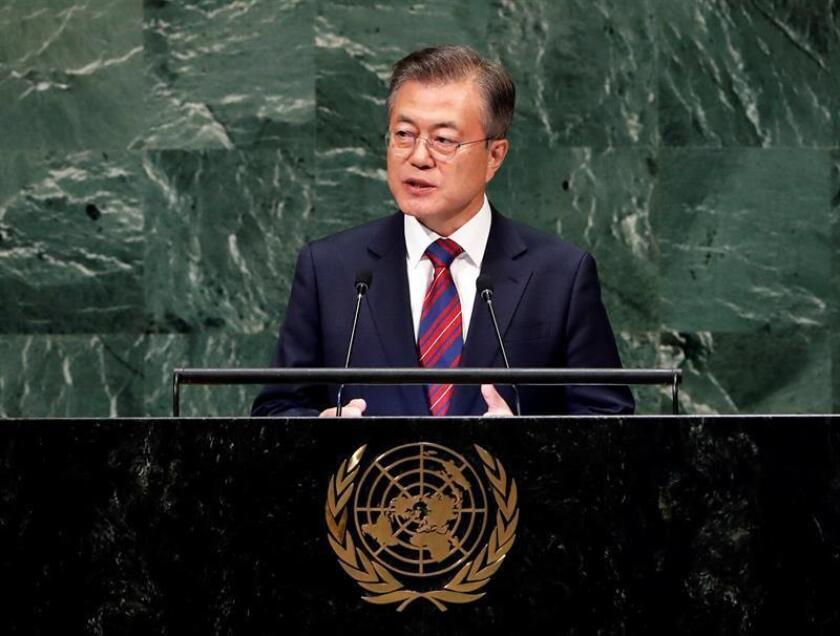 """El presidente surcoreano, Moon Jae-in, instó hoy a la comunidad internacional reunida en la ONU a dar un """"impulso"""" a la """"senda de la paz"""" emprendida tras el compromiso de desnuclearización que recibió en sus contactos del líder norcoreano, Kim Jong-un. EFE"""