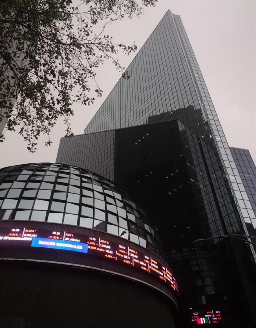 Fotografía de la torre de la Bolsa de Valores de México. EFE/Archivo