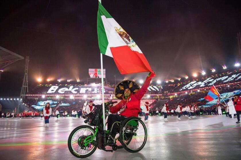 El abanderado y único miembro de la delegación mexicana Arly Velásquez desfila durante la apertura de los XII Juegos Paralímpicos de Invierno, en el Estadio Olímpico de Pyeongchang (Corea del Sur) el pasado 9 de marzo. EFE