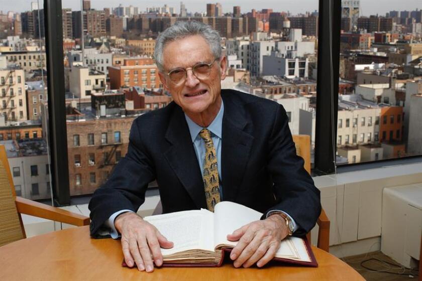 Fotografía del 6 de diciembre de 2018, donde aparece el psiquiatra español y director del Grupo de Médicos Afiliados de Nueva York, Luis Rojas-Marcos, mientras posa para Efe durante una entrevista en su oficina en Nueva York (EE.UU.). EFE
