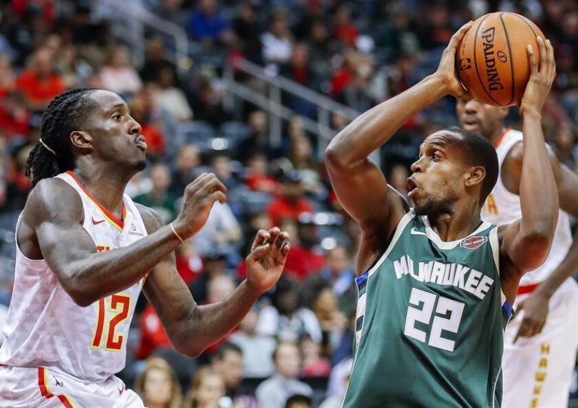 En la imagen el jugador de los Bucks de Milwaukee Khris Middleton (d). EFE/Archivo
