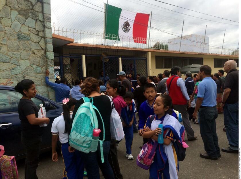 Los maestros de la sección 22 de la Coordinadora Nacional de Trabajadores de la Educación (CNTE), iniciaron ayer miércoles clases, pero anunciaron que exigirán que se exente de la reforma educativa a los estados en conflicto.