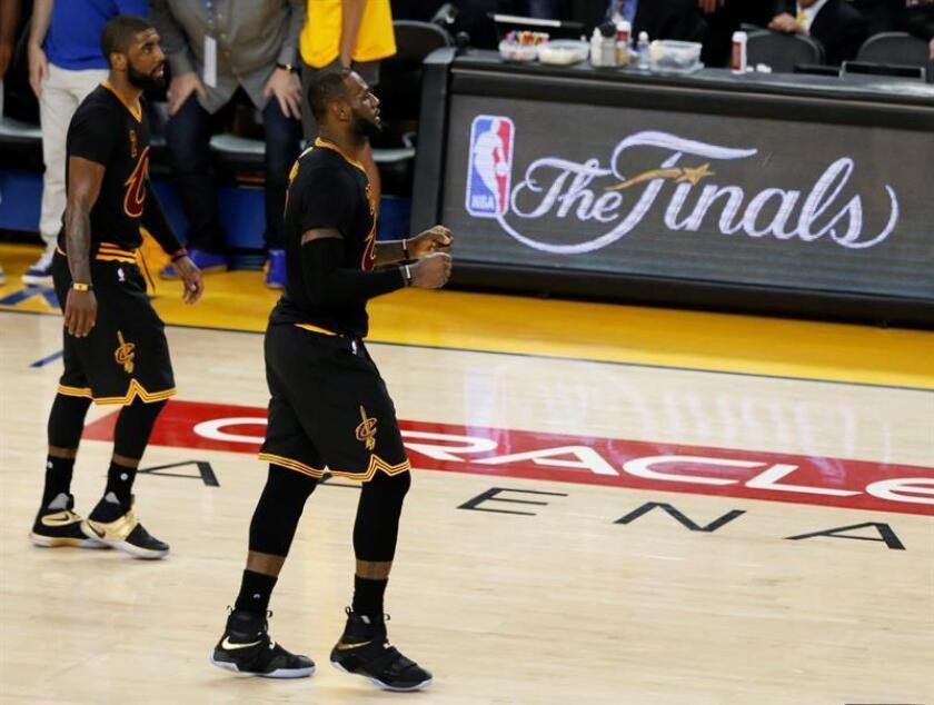 Los jugadores de Cleveland Cavaliers, LeBron James y Kyrie Irving. EFE/Archivo