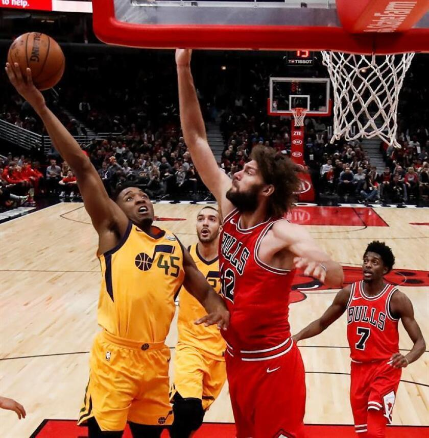 Donovan Mitchell (i) de Jazz lanza ante Robin Lopez (2-d) de Bulls, durante su juego de la NBA entre los Utah Jazz y los Chicago Bulls en el United Center en Chicago, Illinois (EE.UU.). EFE