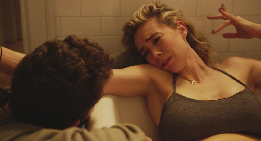 """Shia LeBeouf, izquierda, y Vanessa Kirby en una escena de """"Pieces of a Woman"""" en una imagen proporcionada por Netflix."""