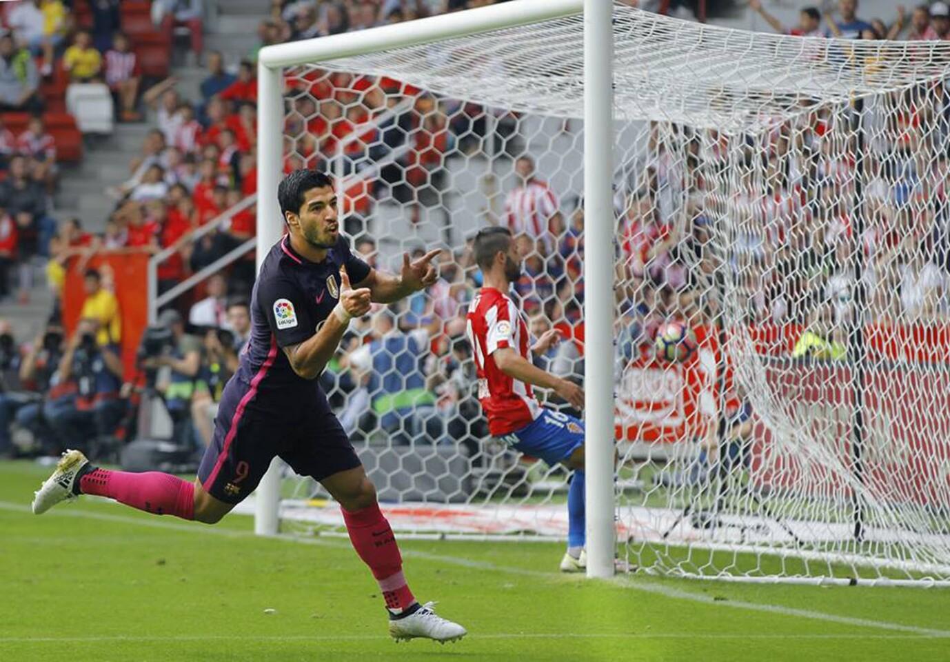 Luis Suárez abrió el camino de la victoria y Neymar lo completó por el Barcelona (13 puntos), que se impuso 5-0 en cancha del Sporting de Gijón para recortar al mínimo la distancia con el líder del Real Madrid (14).