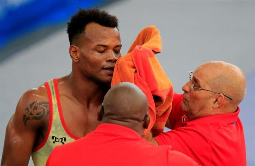 El luchador de Cuba Ariel Fis es atendido por su entrenador luego del combate de lucha grecorromana categoría de 77 kilos en los XXIII Juegos Centroamericanos y del Caribe 2018 en Barranquilla (Colombia). EFE