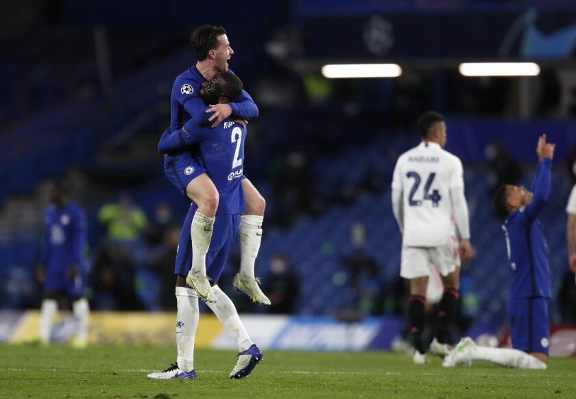 Mason Mount (centro) celebra con sus compañeros de Chelsea tras anotar el segundo gol
