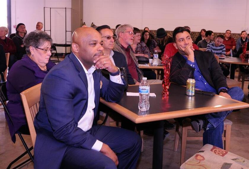 """El alcalde de Denver, Michael Hancock, y la poeta Claudia Rankine, instaron hoy a cientos de estudiantes de escuelas y universidades locales a """"derribar las barreras que nos dividen"""", incluyendo el racismo, los crímenes de odio y la injusticia social. EFE/ARCHIVO"""