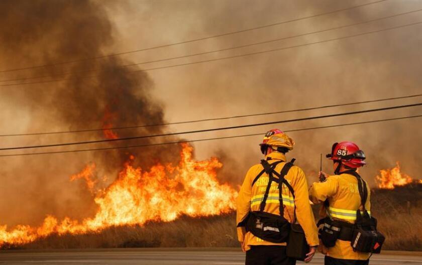 Bomberos luchan por contener un incendio en Anaheim Hills, California.