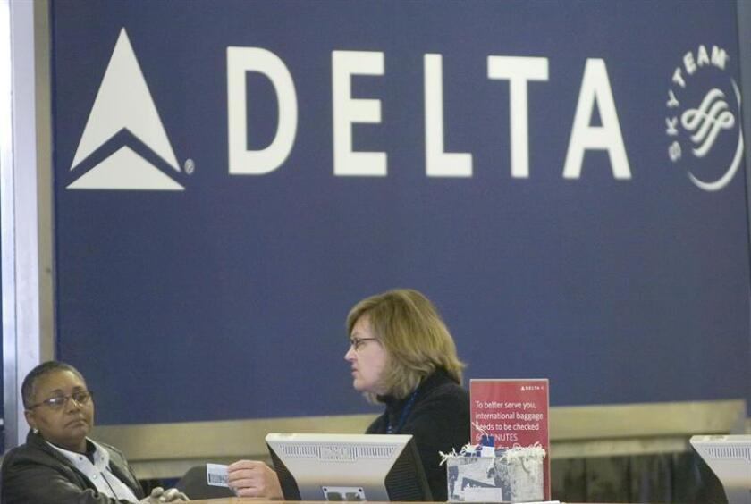 La compañía aérea Delta se vio hoy obligada a cancelar otro centenar de vuelos por culpa del apagón informático que sufrió este domingo y pidió disculpas a los pasajeros afectados. EFE/ARCHIVO