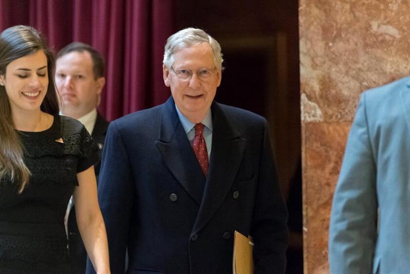 """En caso de estancamiento en el proceso de confirmación de Gorsuch por la oposición de los demócratas, Trump mandó un mensaje al líder de los republicanos en el Senado, Mitch McConnell: """"Si puedes, Mitch, apuesta por (la opción) nuclear (""""go nuclear""""). EFE/Archivo"""