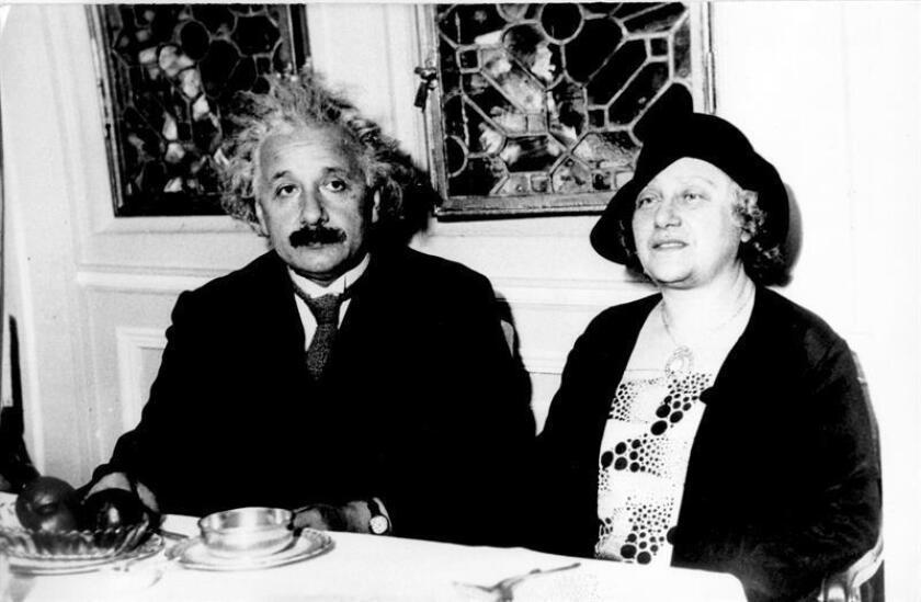 Una carta de Albert Einstein y su esposa, Elsa, escrita en pleno asedio nazi y en el mismo día en que el físico de origen judío renunció a su pasaporte alemán, alcanzó hoy un precio de 25.000 dólares en una subasta organizada por la casa Nate D. Sanders en Los Ángeles. EFE/ARCHIVO