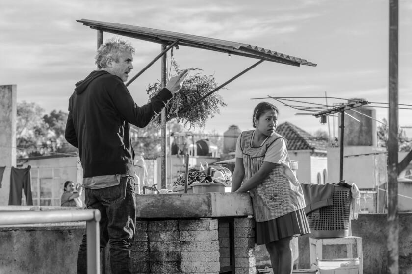 """Alfonso Cuarón, izquierda, y la actriz Yalitza Aparicio en el set de """"Roma"""" en una fotografía proporcionada por Netflix. """"Roma"""" se llevó los premios de mejor película, director y cinematografía en los Premios del Círculo de Críticos de Cine de Nueva York el jueves 29 de noviembre de 2018. (Carlos Somonte/Netflix via AP) ** Usable by HOY, ELSENT and SD Only **"""