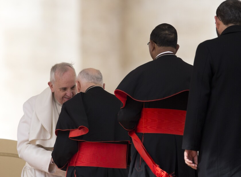 El papa Francisco saluda al cardenal estadounidense Theodore McCarrick en la Plaza de San Pedro