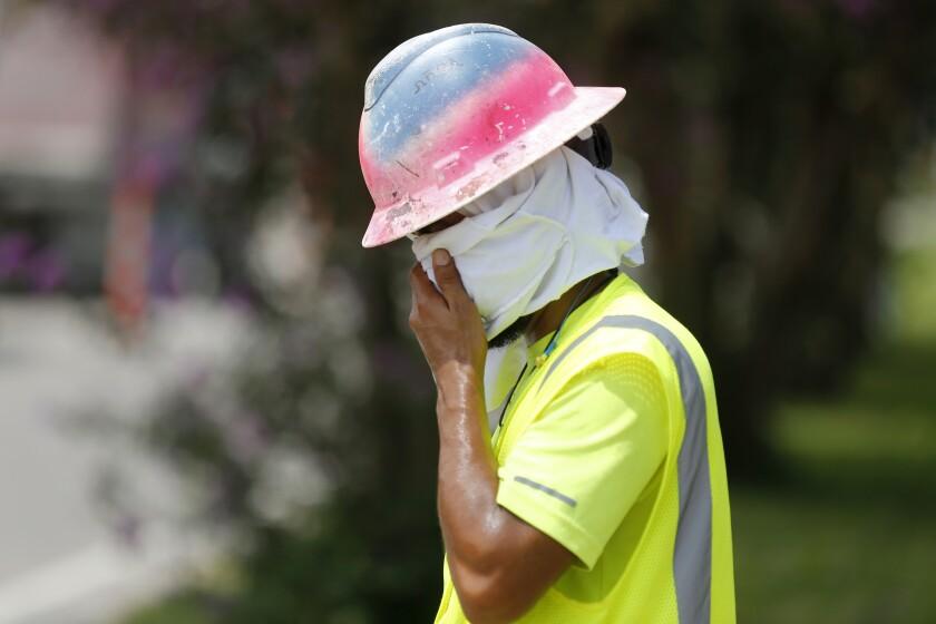 Un albañil se seca el rostro en un sitio de construcción de Kenner, Luisiana, el martes 13 de agosto de 2019. (AP Foto/Gerald Herbert)