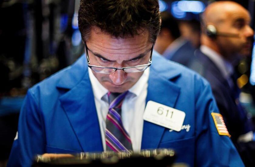 Un hombre trabaja en la Bolsa de Wall Street, Nueva York (Estados Unidos). EFE/Archivo