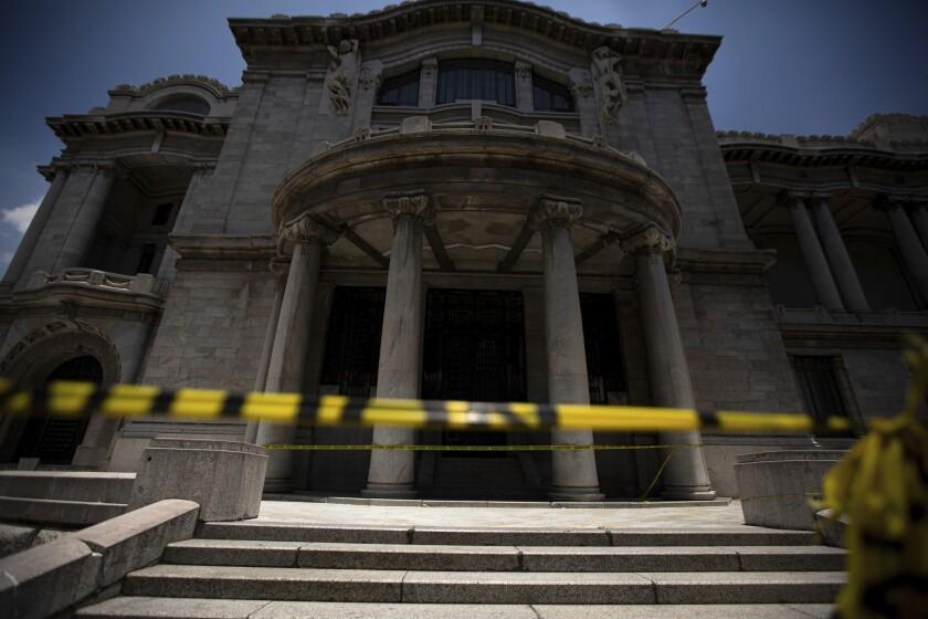Cintas de precaución bloquean el acceso al Palacio de Bellas Artes a pesar de la flexibilización de medidas de restricción por el COVID-19 en Ciudad de México el viernes 3 de julio de 2020. (AP Foto/Fernando Llano)