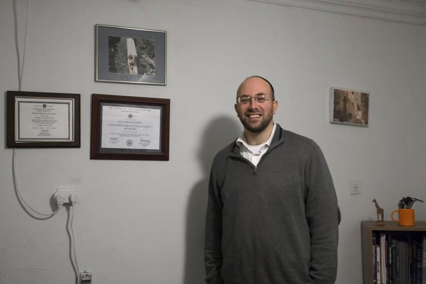 """El sicólogo israelí Elan Karten posa para una foto en su oficina en Jerusalén. Karten, que estudio en Estados Unidos y es judío ortodoxo, dice que ha tratado a unas 100 personas que tratan de minimizar su homosexualidad.El ministerio de Salud de Israel critica la llamada terapia """"reparativa"""" o de """"conversión de gays"""", diciendo que científicamente dudosa y potencialmente peligrosa, pero ninguna ley la limita. En Israel, los practicantes dicen que sus servicios están en demanda, mayormente por hombres judíos ortodoxos que tratan de reducir su atracción homosexual para poderse casar con mujeres y tener una familia tradicional de acuerdo con sus valores religiosos. (Foto AP/Tsafrir Abayov)"""
