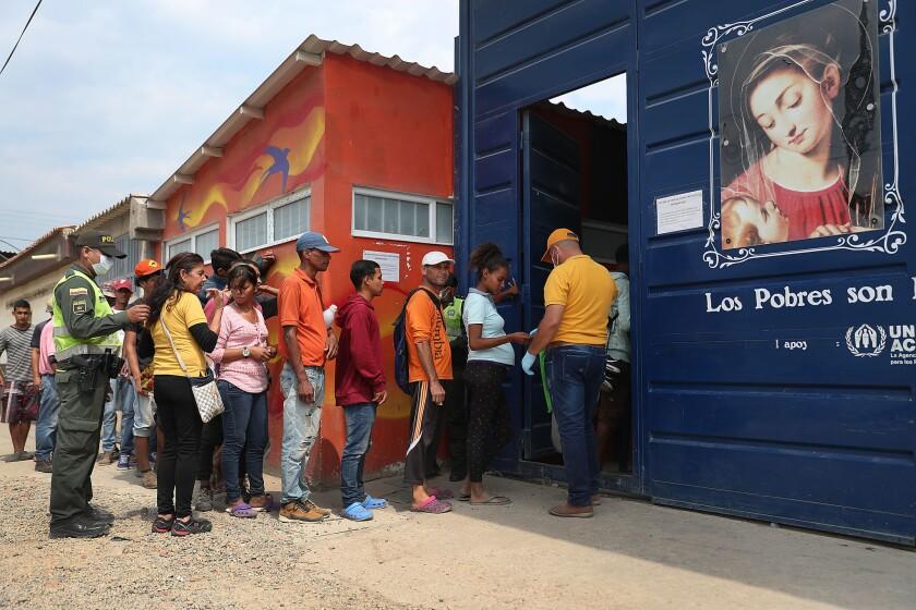 La gente espera para ingresar a la Casa de la Divina Providencia, una organización benéfica dirigida por la iglesia que ayuda a los migrantes venezolanos con alimentos y necesidades médicas básicas el 28 de febrero de 2019 en Cucuta, Colombia. Las organizaciones benéficas esperan brindar asistencia a los miles de migrantes, incluidas familias, niños y mujeres embarazadas que cruzan la frontera a diario, para migrar o buscar alimentos, medicamentos y necesidades básicas.