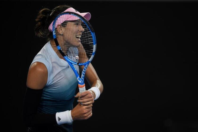 La tenista española Garbiñe Muguruza en acción durante el partido de la segunda ronda del Abierto de Australia que disputó este jueves contra la británica Johanna Konta, en Melbourne, Australia. EFE