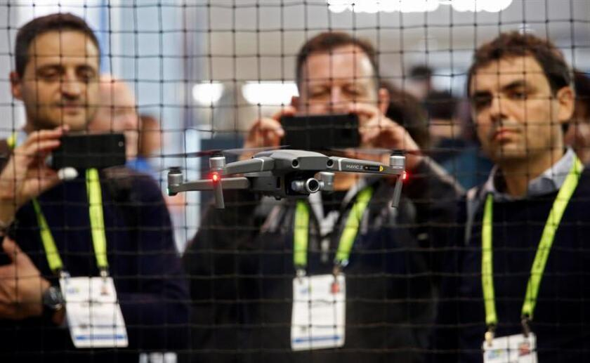 """La gente ve un drone durante la apertura de la Feria de Electrónica de Consumo CES 2019 hoy, en Las Vegas (EE.UU.). La muestra de electrónica de consumo CES es la mayor del mundo y reúne a más de 180.000 asistentes que provendrán de más de 155 países, y que podrán observar de primera mano las últimas novedades de 4.500 compañías de la industria electrónica, desde gigantes como Samsung, LG, General Electric, Intel, Huawei, AMD e IBM, hasta pequeñas empresas de distintas partes del mundo y """"startups"""". EFE/Archivo"""