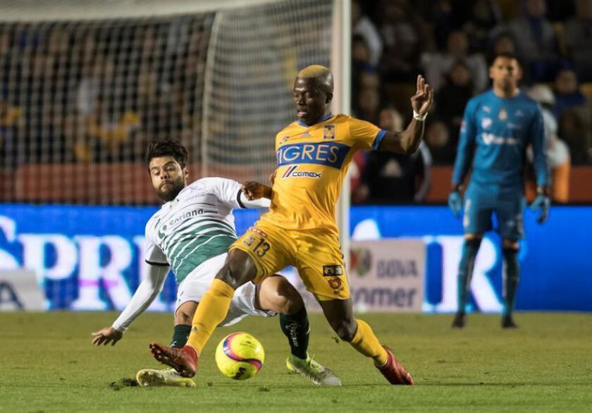 Enner Valencia (d) de Tigres disputa un balón con Nestor Araujo (i) de Santos Laguna. EFE/Archivo