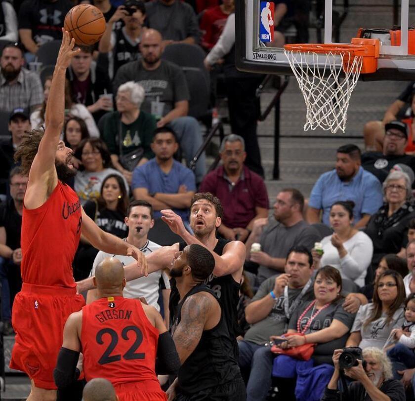 Pau Gasol (d) de los San Antonio Spurs observa el lanzainto de Nikola Mirotic de los Chicago Bulls en San Antonio, (EE.UU.). San Antonio ganó 119-100. EFE