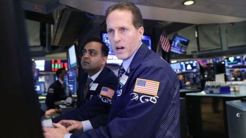 La de este lunes superó, por ejemplo, la caída de 777,68 puntos registrada al inicio de la crisis financiera en septiembre de 2008, cuando el Congreso estadounidense rechazó un plan de rescate de US$700.000 millones tras el colapso del banco de inversión estadounidense Lehman Brothers.