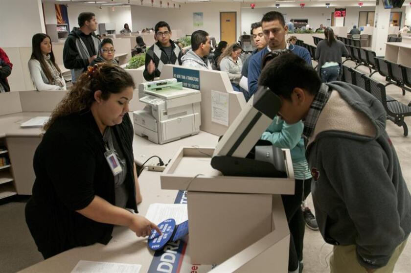 Varias personas hicieron línea para conseguir la preciada licencia de manejar. EFE/Archivo
