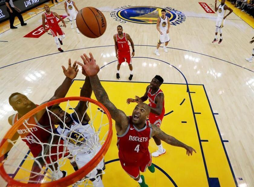 El jugador de los Rockets James Harden (i), durante un partido. EFE/Archivo