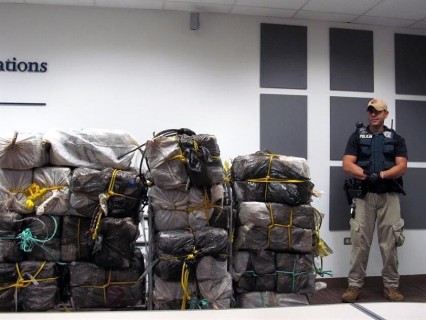 La Oficina de Aduanas y Protección Fronteriza de EE.UU. (CBP, en inglés) en Puerto Rico informó hoy que detuvo a cuatro hombres por tratar de transportar 353 libras (160 kilos) de cocaína en un vuelo privado desde el Aeropuerto Internacional Luis Muñoz Marín de San Juan hacia Nueva York. EFE/Archivo