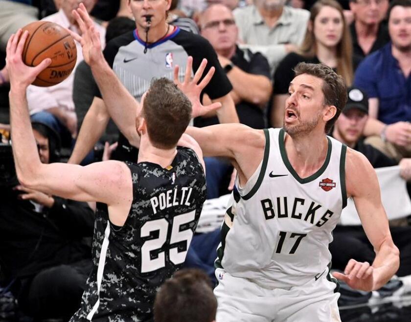 Pau Gasol (d) de Milwaukee Bucks y Jakob Poeltl de San Antonio Spurs disputan el balón este domingo, previo a un partido de la NBA, en San Antonio (EE.UU.). San Antonio ganó 121-114. EFE