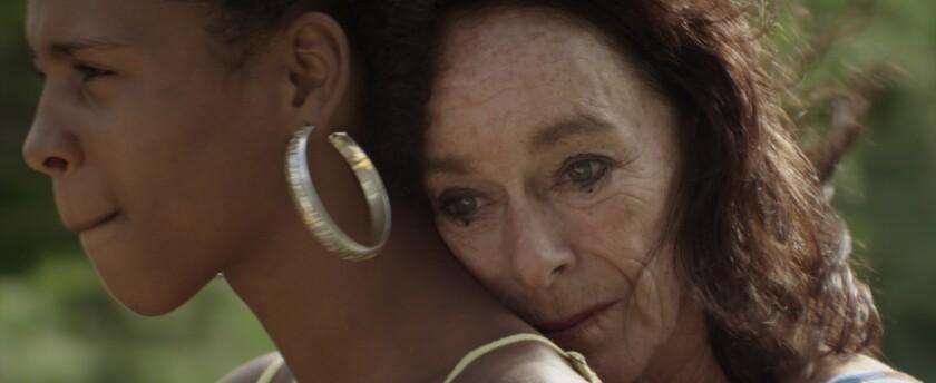 """Geraldine Chaplin (izq.) y Yanet Mojica en una escena de """"Dólares de arena"""", una cinta profundamente artística que retrata la relación entre dos mujeres de edades muy distintas y de orígenes contrastados."""
