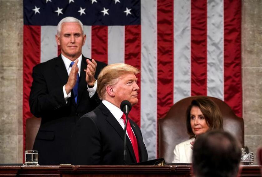 La presidenta de la Cámara de Representantes, Nancy Pelosi (c), y el vicepresidente, Mike Pence (i), aplauden al presidente de los Estados Unidos, Donald J. Trump, este martes antes de que Trump pronuncie su segundo discurso sobre el Estado de la Unión, en el Capitolio en Washington, DC (EE. UU.). EFE/Archivo