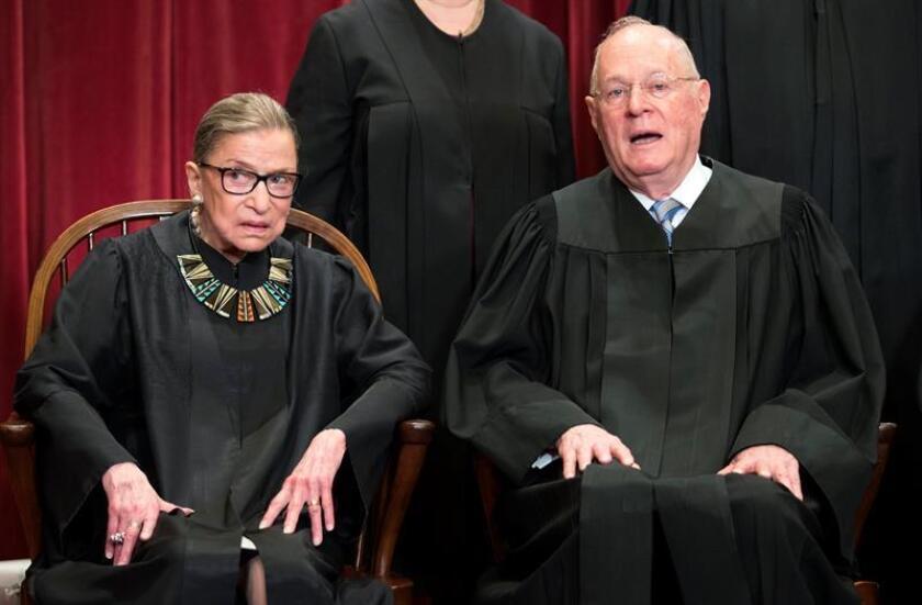 El juez Anthony Kennedy (d), la voz centrista del Tribunal Supremo, comunicó hoy al presidente, Donald Trump, que se jubilará el 31 de julio, según anunció hoy el propio tribunal. EFE/Archivo