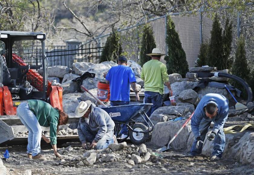 Unos trabajadores de construcción aplanan el terreno de una nueva casa. EFE/Archivo