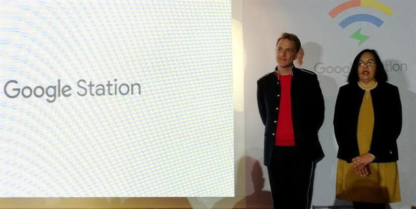 La directora del equipo Next Billion Users (NBU) de Google, Anjali Joshi (d), y el director de mercadotecnia de Google en México, Miguel Alva (i), participan en una rueda de prensa hoy, martes 13 de marzo de 2018, en Ciudad de México (México). EFE/MEJOR CALIDAD DISPONIBLE