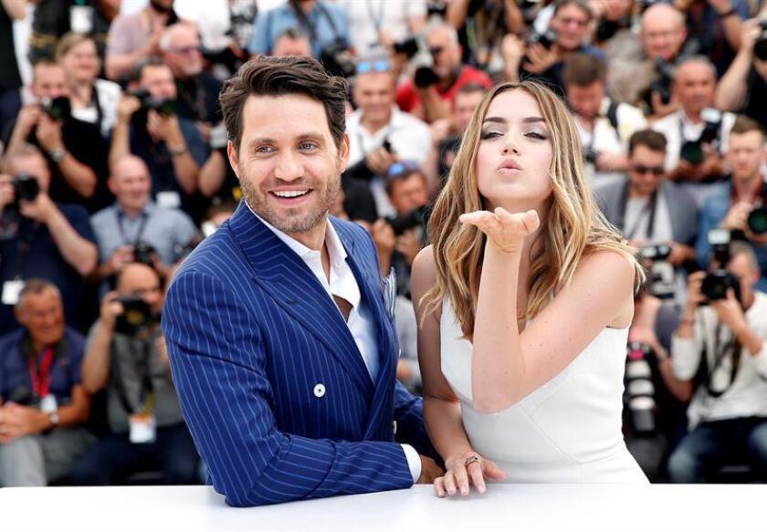 El actor venezolano Édgar Ramírez (i) y su compañera de reparto cubana Ana de Armas posan durante la presentación de la película Mano de Piedra. EFE/ARCHIVO
