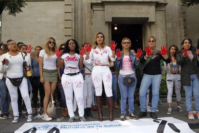 Un grupo de transexuales protesta hoy, miércoles 20 de junio de 2018, a las afueras de la Suprema Corte en Ciudad de México (México), contra un nuevo catálogo de la Organización Mundial de la salud (OMS) que retiró la transexualidad de su lista de enfermedades mentales, aunque la mantiene entre los desórdenes sexuales. EFE